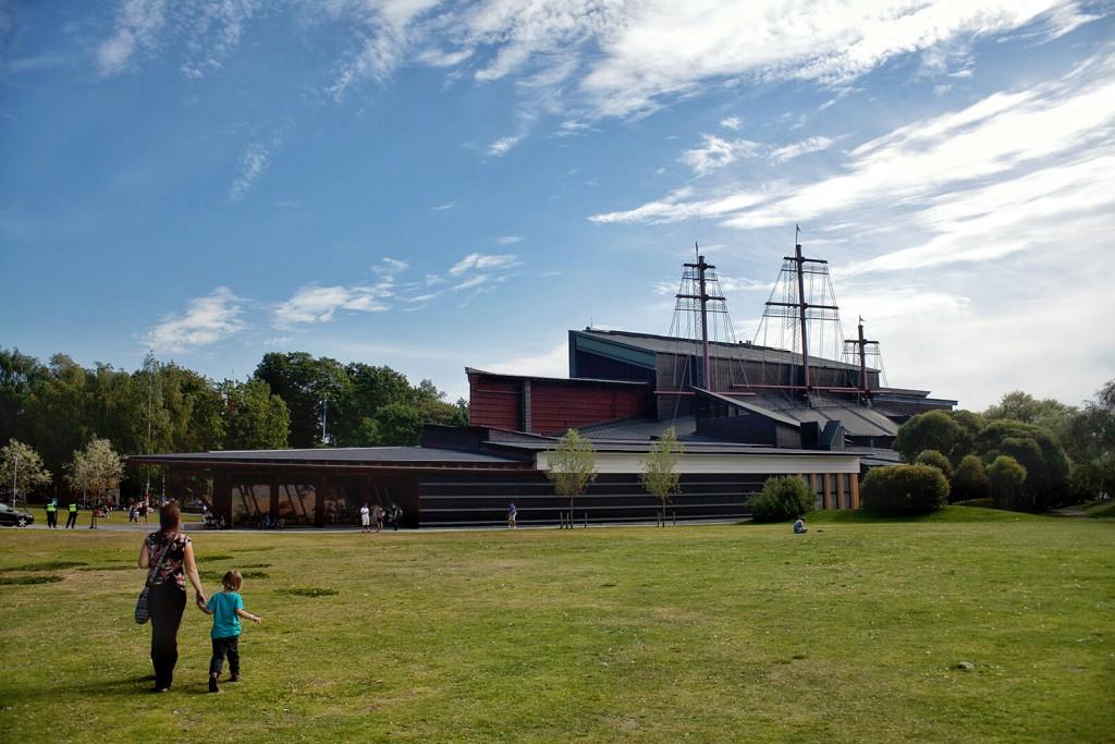 Vazos muziejus. Į šitą pastatą sukištas 53 m. aukščio galeonas